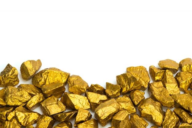 Куча золотых самородков или золотой руды на белом фоне