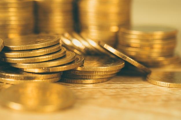 金貨、テーブルの上のコインの山の列