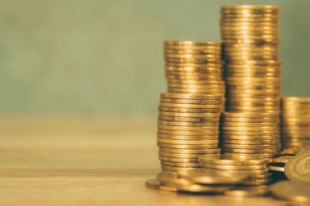 Колонны золотых монет, стопки монет на столе