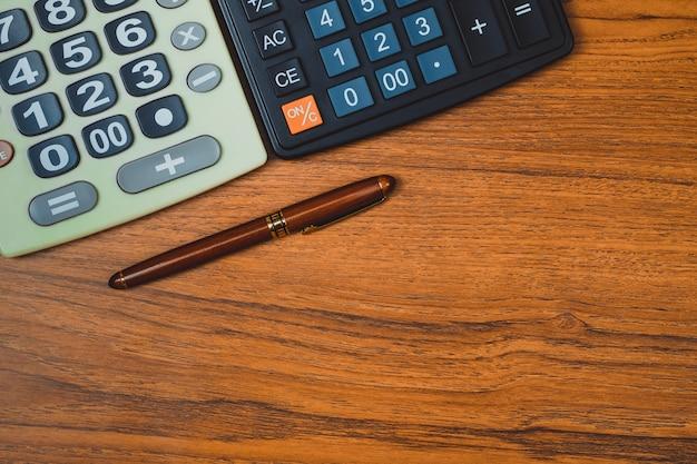 Авторучка или чернильная ручка с калькулятором на дереве