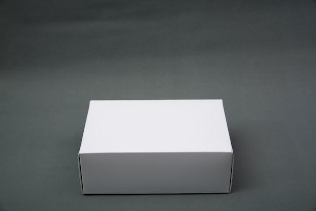 空のパッケージの白い段ボール箱またはトレイ