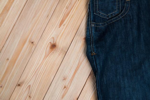 荒れた木に擦り切れたジーンズまたはブルージーンズデニム