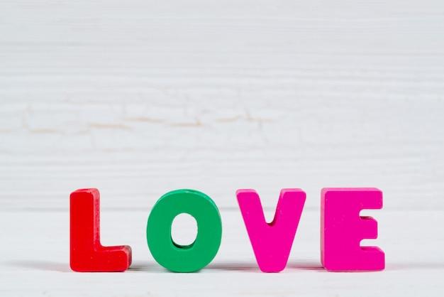 白い木の愛のテキストとバレンタインカード