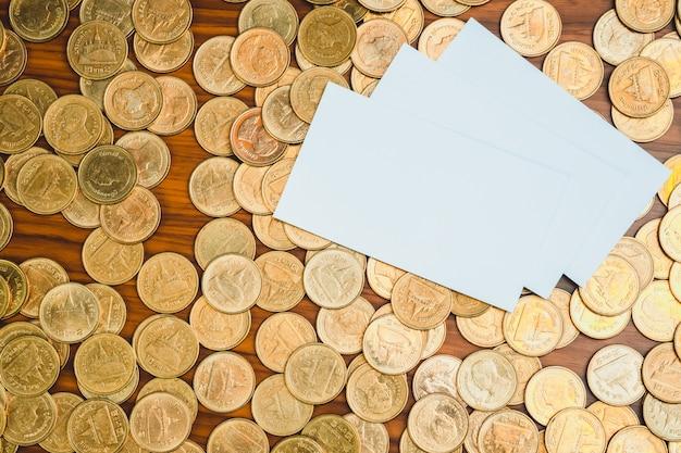 空白の名刺または名刺とコインのスタック
