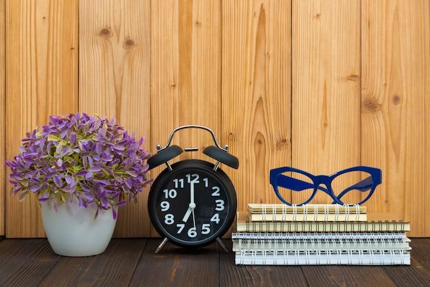 オフィスは、木の上のツールアイテム、ノートブック、目覚まし時計を供給します。