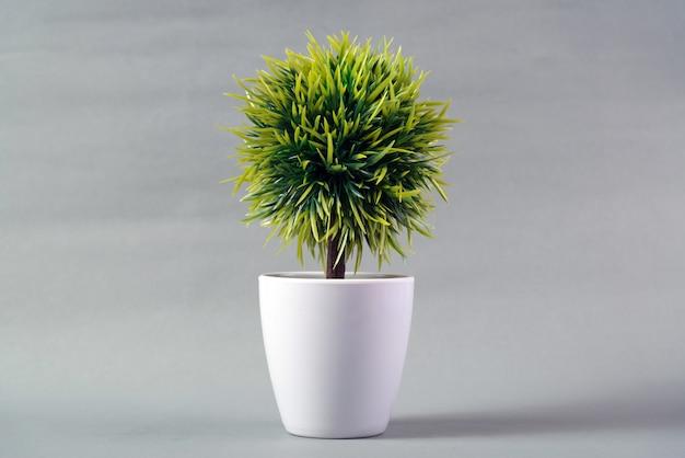 灰色の背景に小さな装飾的な木