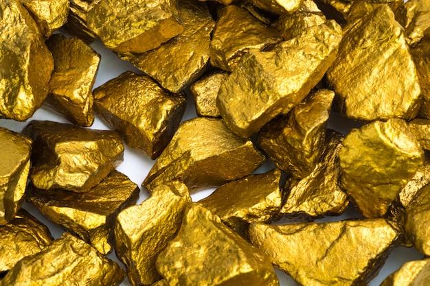 金ナゲットまたは白地に金鉱石の山