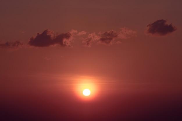 Живописный оранжевый закат небо фон