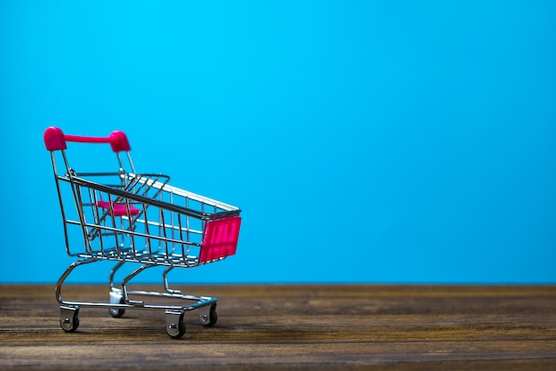 Корзина или тележка для супермаркета на дереве
