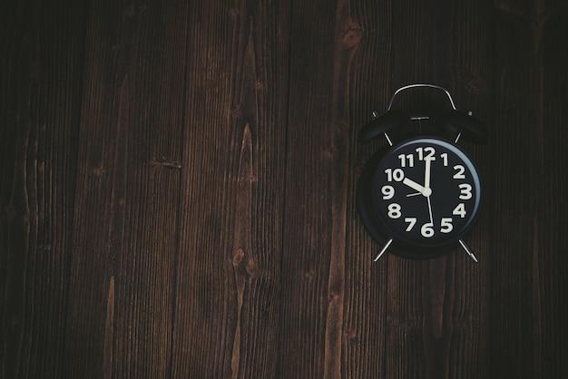 暗い木のビンテージブラック目覚まし時計