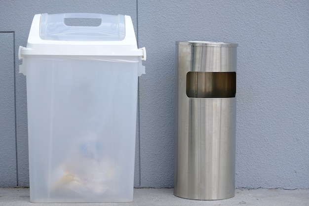 曇った白いゴミ箱とステンレスのゴミ箱。