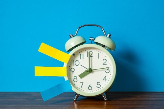 メモ紙付箋とビンテージの目覚まし時計のテーブル