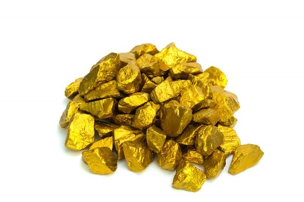 Куча золотых самородков или золотой руды на белом фоне,