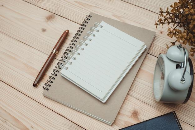 職場の木製の机の上の事務用品や事務作業不可欠なツール項目
