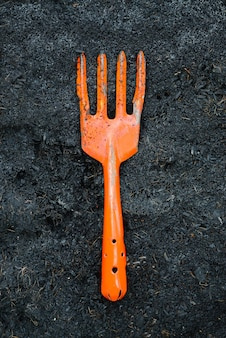 黒い土壌にオレンジのフォークハロー