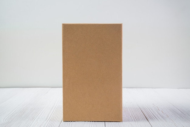 空パッケージ茶色の段ボール箱やコピースペースと明るい木製のテーブルのトレイ。