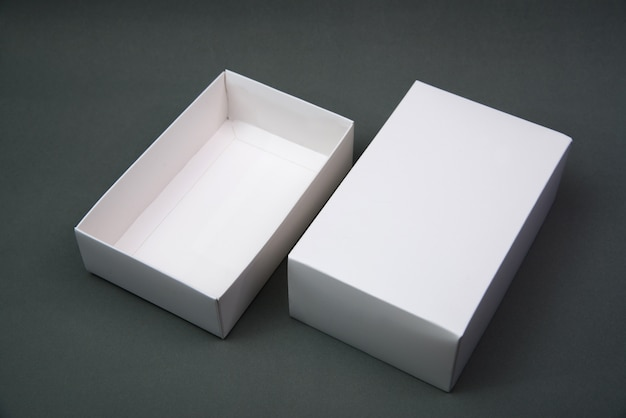 空のパッケージ白い段ボール箱や灰色の背景上の製品のトレイ。