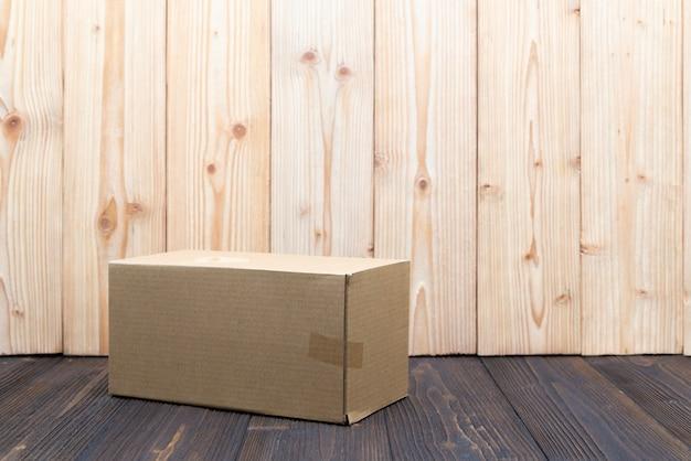 空のパッケージ茶色段ボール箱や木製の背景のトレイ