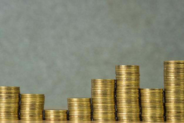 金貨、ワーキングテーブル、ビジネス銀行、財務の概念上のコインの山の列。