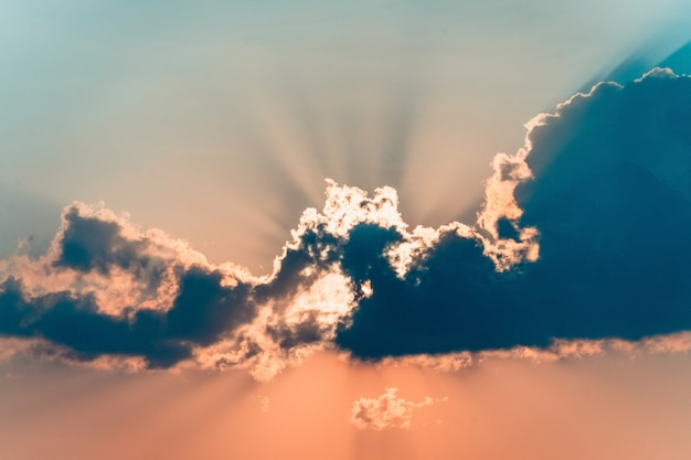 風光明媚なオレンジ色の夕焼け空の背景、風光明媚なオレンジ色の日の出。