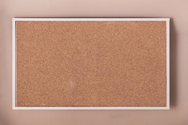 フレームの背景を持つ空のコルクボード。