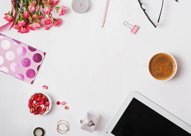 ピンク色のフェミニンなアクセサリー、バラ、白い背景の上のコーヒー