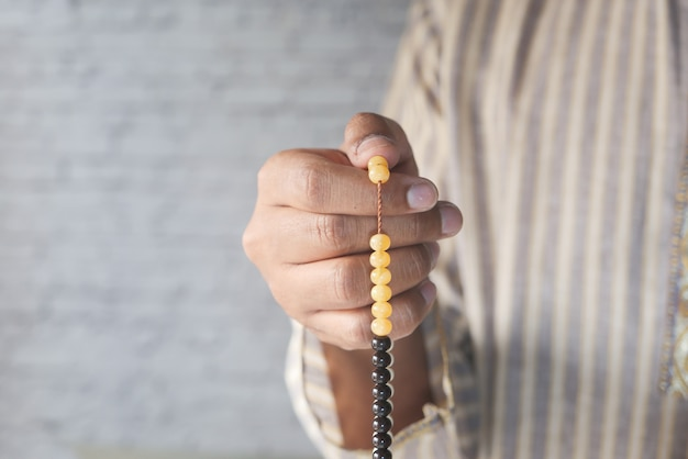 ラマダン中に祈るイスラム教徒の男性、クローズアップ