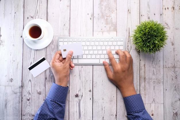 Покупки онлайн оплаты. человек, держащий кредитную карту оплаты онлайн.