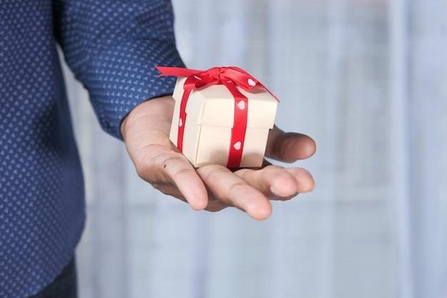 Закройте вверх маленькой подарочной коробки в наличии.
