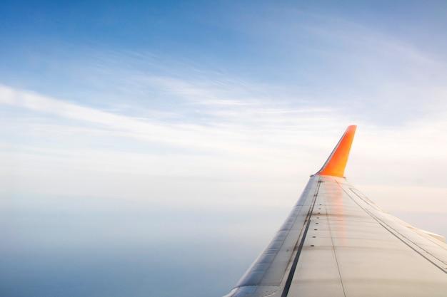 機内の窓から見た飛行機の翼。
