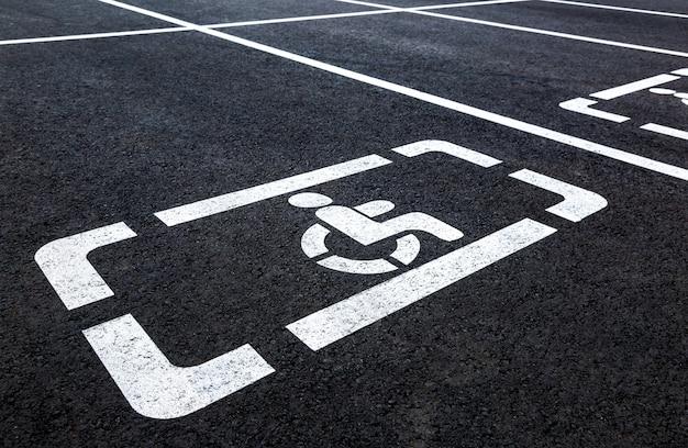 Парковочные места с символом инвалидной коляски и разметкой