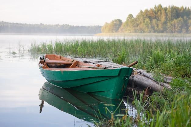 Деревянная лодка на озере