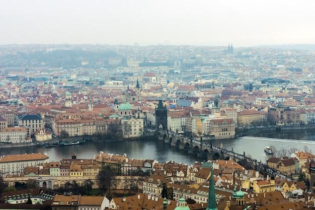 カレル橋、カルルフモスト、プラハの旧市街のスカイラインビューパノラマ。チェコ共和国