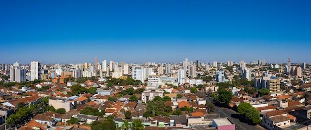 Город убераба, минас-жерайс, бразилия. панорамный вид с воздуха на центральную площадь.