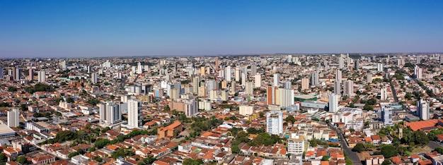 Город убераба, штат минас-жерайс, бразилия. с высоты птичьего полета.