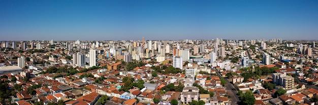Город убераба, минас-жерайс, бразилия. аэрофотоснимок центральной площади.
