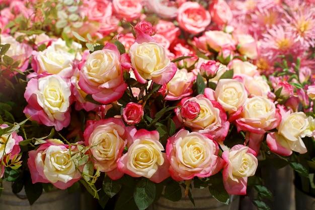 ピンクと白のバラの花、花束美しいファブリック人工花。