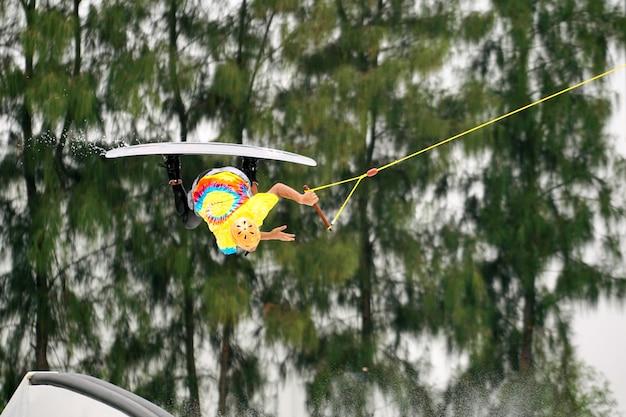 ウェイクボーディングライダーのジャンプ