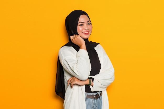 あごに手でアジアのイスラム教徒の女性