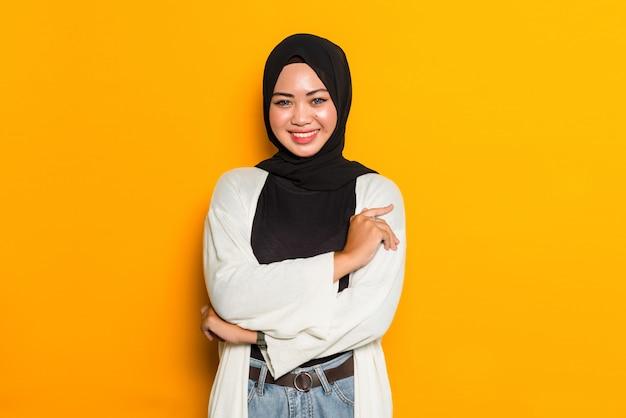 腕を組んでアジアのイスラム教徒の女性