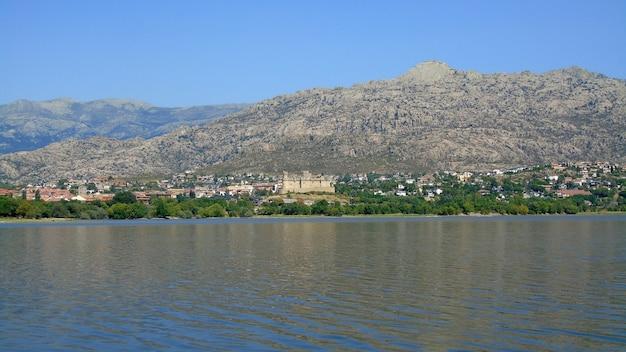Водохранилище сантильяна в мансанарес-эль-реаль. мадрид, испания