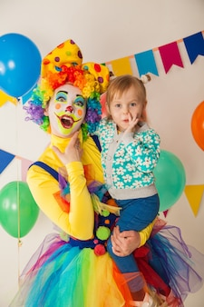 カラフルなパーティーで子供と陽気なピエロ
