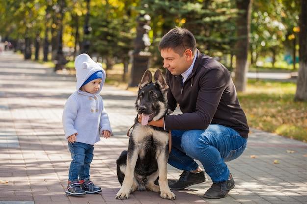 父と息子が公園で散歩に