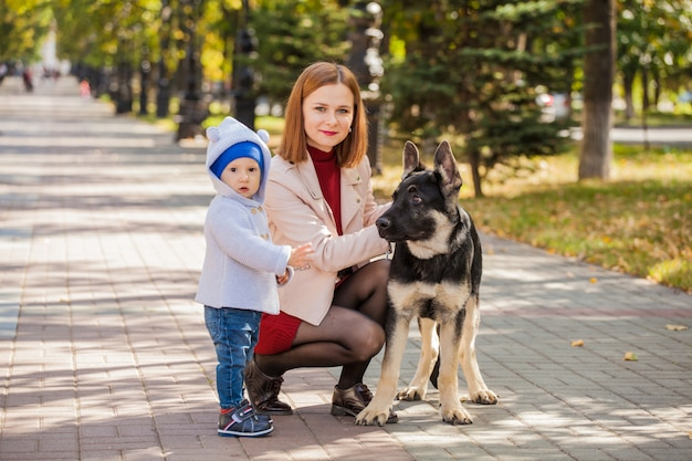 ママと彼女の息子は公園で散歩に