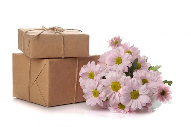 秋の菊の花と分離された白のクラフト紙のギフト