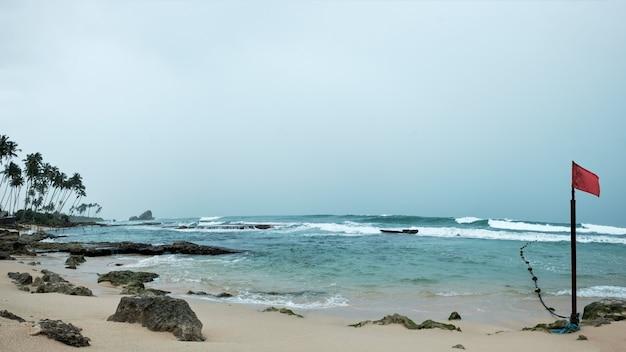 Океан и песчаный пляж в шри-ланке
