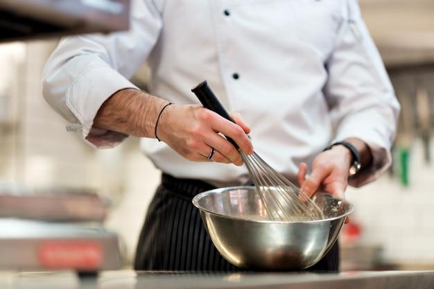 Шеф-повар в кухне отеля готовит