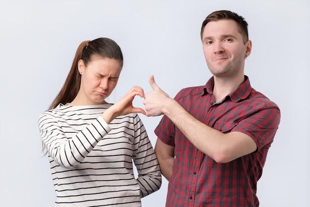 Друзья аман и женщина, делающие символ друга