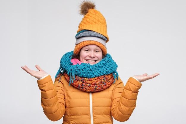 暖かいスカーフと帽子でかわいい白人女性