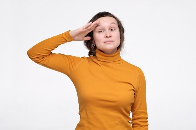 白人の若い女性は仕事で彼女のベストを尽くす準備ができています。